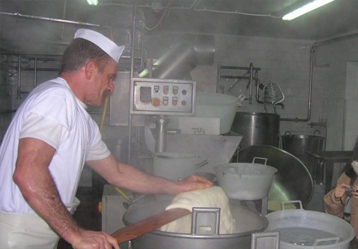 プーリア州のモッツァレラ工場